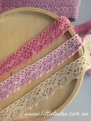Non-stretch Cluny lace in 'natural' only. 2.5cm wide. 1mtr